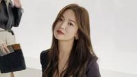 <p>Mengenakan pakaian serba hitam, Song Hye Kyo terlihat menawan dengan rambut tergerai dan lipstik merah. (Foto: Instagram @kyo1122)</p>