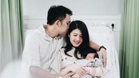 <p>Vokalis Ada Band, Naga, dan istrinya, Feby Rizky Andhika Siregar, baru saja dikaruniai anak pertama berjenis kelamin perempuan pada 9 September 2020. (Foto: Instagram @febyriz)</p>