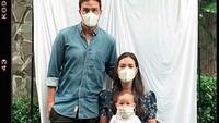 <p>Saat foto keluarga selama di rumah saja, wajah Zalina terlihat sedikit di balik masker.</p>