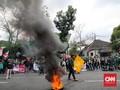Mahasiswa Bandung Bakar Ban di Depan Gedung DPRD Jabar