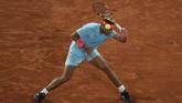 Rafael Nadal berhasil melangkah ke semifinal grand slam Prancis Terbuka. Berikut foto-foto pilihan laga Nadal vs Jannik Sinner.
