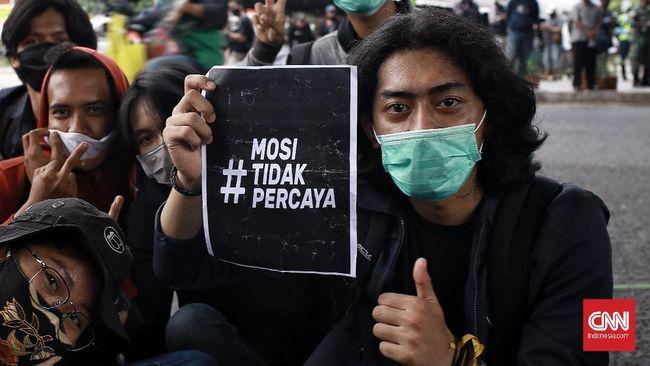 Sejumlah warganet membuat berbagai meme terkait Omnibus Law usai disahkan DPR yang bisa mengundang amarah sekaligus tawa.