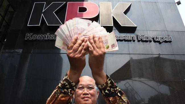 Koordinator MAKI mendatangi KPK menagih agar dugaan King Maker kasus Djoko Tjandra diusut lembaga tersebut, ia pun memberikan profil yang lebih lengkap.