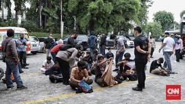 FOTO: Massa Demo Omnibus Law di DPR Dihalau Polisi