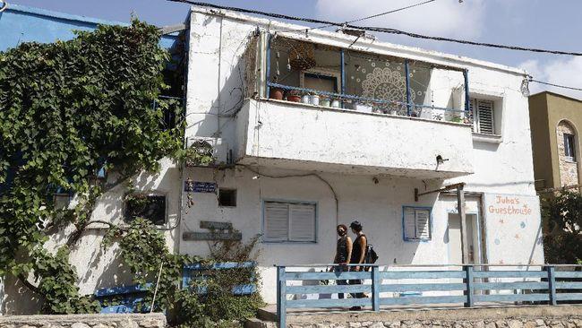 Awalnya Jisr al-Zarqa ialah daerah miskin. Setelah Juha's Guesthouse ramai dikunjungi turis, warga Arab dan Yahudi di sana mulai mendapat penghasilan.