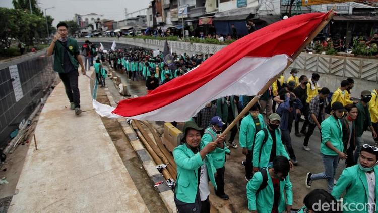 Ratusan Mahasiswa dan beberapa anak STM melakukan longmarch di kawasan Jalan Letjen Suprapto dan Jalan Kramat Pulo, Senen, Jakarta Pusat, Kamis (8/10).