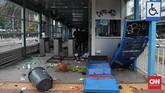 Demo menolak Omnibus Law Cipta Kerja di Jakarta memanas pada Kamis (8/10). Sejumlah fasilitas umum dan kantor dirusak, bahkan dibakar.