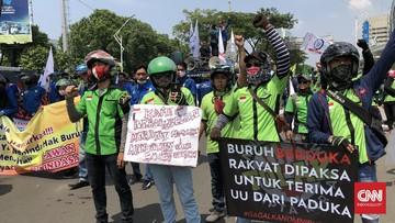 Buruh yang menggelar demonstrasi di kawasan Senayan, Jakarta Pusat sepakat untuk tidak memilih partai politik pendukung Omnibus Law Ciptaker.