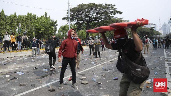 Dua jurnalis CNNIndonesia.com mengalami kekerasan dan intimidasi oleh polisi saat meliput demonstrasi menolak Omnibus Law UU Cipta Kerja, Kamis (8/10).