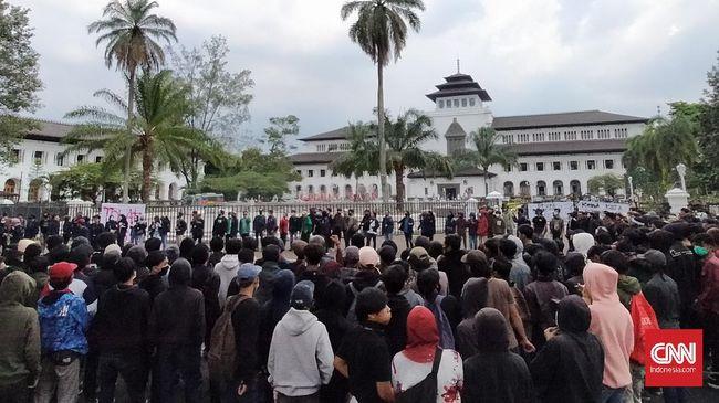 Pengamat menilai pasal dalam Omnibus Law soal kewenangan daerah menjadi salah satu pendorong kepala daerah mendukung demonstran.