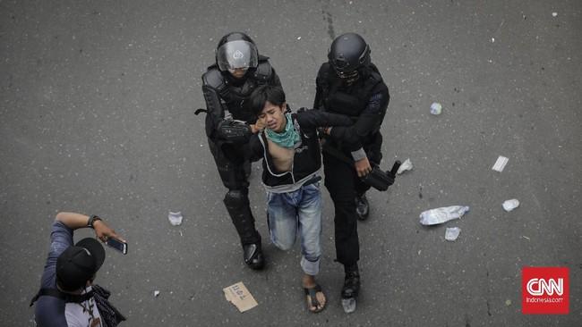 Sejumlah titik di sekitar Istana Negara memanas setelah negosiasi antara demonstran tolak Omnibus Law dan kepolisian menemui jalan buntu.