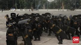 Polisi Adang Puluhan Pemuda Tanpa Jaket Almamater Ikut Demo