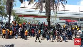 Mahasiswa-Buruh Kendari Kepung DPRD Sultra, Asap Membubung
