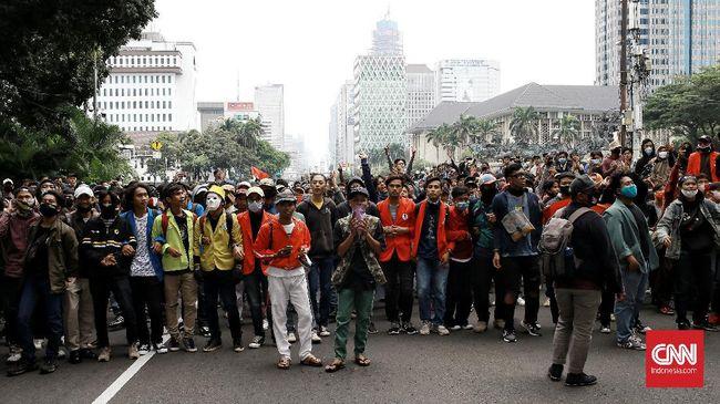 Netizen membahas berbagai aksi kocak para mahasiswa yang dilakukan sembari berdemonstrasi protes aturan Omnibus Law Ciptaker.