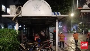 Saksi Bentrok Surabaya: Mobil Terguling, Pos Polisi Dibakar