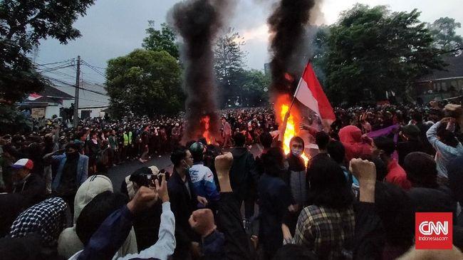 Demo menolak pengesahan Omnibus Law Cipta Kerja berujung bentrokan aparat dan pedemo di sejumlah daerah, Kamis (8/10).