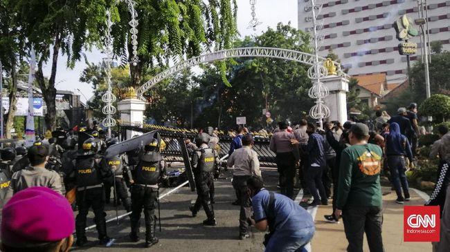 Polrestabes Surabaya menyatakan akan mengecek kembali anggotanya yang diduga melakukan intimidasi terhadap jurnalis saat meliput demo Omnibus Law.