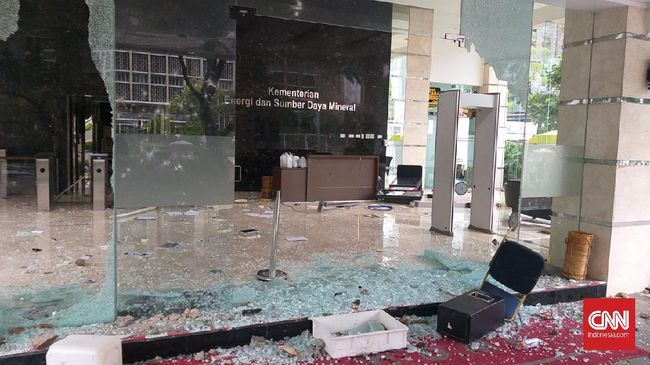 Bagian depan Kantor Kementerian ESDM hancur lebur diamuk massa aksi unjuk rasa tolak omnibus law UU Ciptaker, Jakarta, Kamis (8/10) sore.