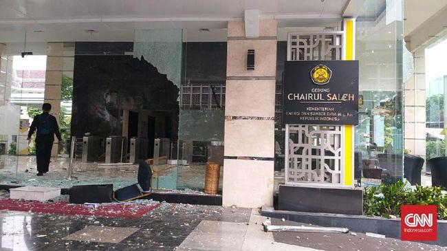 Sejumlah peserta aksi demo tolak omnibus law merusak kantor Kementerian ESDM pada Kamis (8/10).