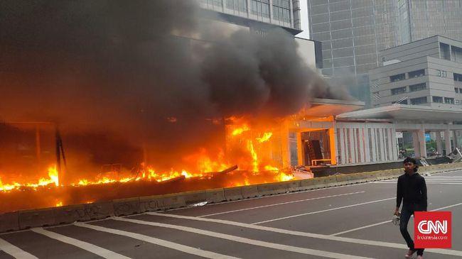 Bundaran Halte Transjakarta di Bundaran Hotel Indonesia terbakar. Hingga saat ini petugas masih berusaha membubarkan massa.