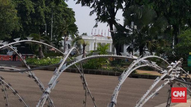 Delapan orang anggota FPR yang menggelar demo di depan Istana sempat dibawa ke Polres Jakarta Pusat. Mereka dinilai tak mematuhi ketentuan PPKM Level 3 di DKI.