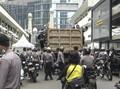 Orang Tua Cari Anak di Polda Metro Jaya Usai Demo Omnibus Law