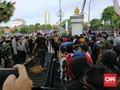 Massa Tolak Omnibus Law Surabaya Jebol Gerbang Grahadi