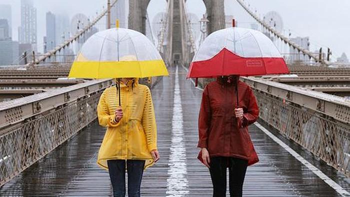 Musim Hujan Tiba, Simak 5 Item Fashion yang Wajib Dikenakan Agar Tetap Hangat