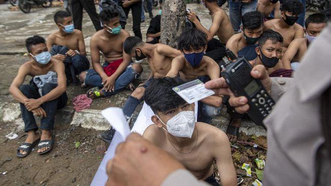 KontraS mengungkapkan polisi menyiksa sejumlah mahasiswa hingga buruh usai demontrasi Omnibus Law sebelum akhirnya dilepaskan.