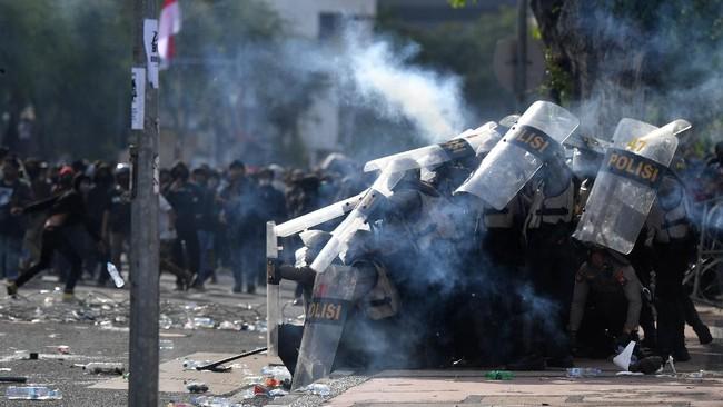 Bentrok antara massa dan aparat pecah di berbagai penjuru daerah, Kamis (8/10), imbas pengesahan Omnibus Law Cipta Kerja oleh pemerintah dan DPR.