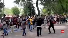 VIDEO: Aksi Lempar Batu Warnai Unjuk Rasa Tolak UU Cipta