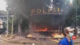 VIDEO: Massa Bakar Pos Polisi di Kawasan Patung Kuda
