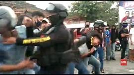 VIDEO: Massa Aksi di Makassar Ditembak Water Cannon