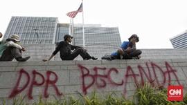 FOTO: Corat-coret Massa Demo yang Terobos Kedubes AS