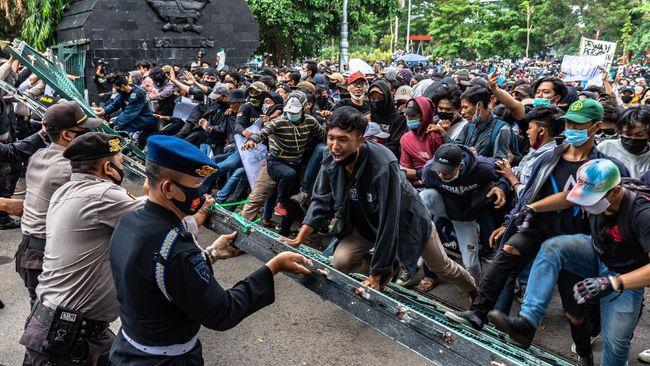 Aliansi BEM se-Indonesia menilai Presiden Jokowi ingin memutar balik narasi tolak UU Cipta Kerja karena menyebut pedemo termakan hoaks.