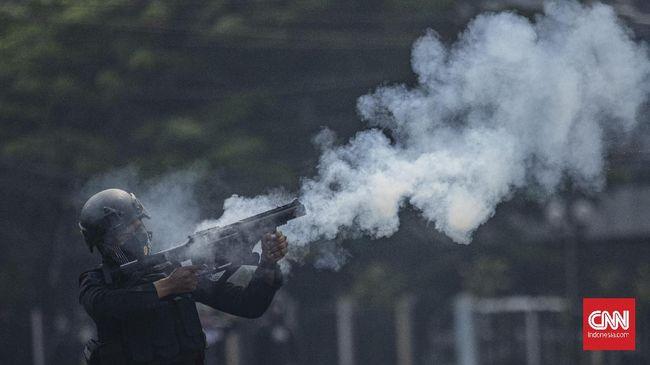 Demo menolak Omnibus Law diwarnai bentrokan antara massa aksi dengan aparat kepolisian di sejumlah daerah, mulai dari Jakarta, Bandung, sampai Surabaya.