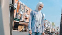 <p>Dengan gaya hijab sederhana seperti ini Marcella terlihat adem dan menawan ya. (Foto: Instagram @marcella_simon)</p>