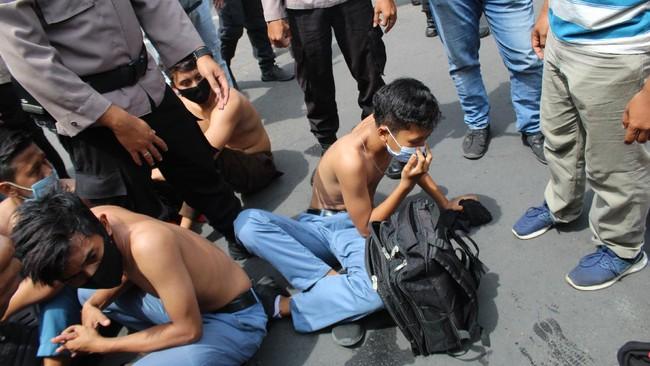 FOTO: Ikut Demo Omnibus Law, Pelajar Diciduk Polisi