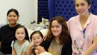 <p>Sudah punya lima anak, Ussy Sulistiawaty tampak makin cantik ya, Bunda? (Foto: Instagram @ussypratama)</p>