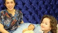 <p>Tak hanya mengurus baby Saka sendirian, Ussy juga mengajak kakak Sheva untuk menemaninya, Bunda. (Foto: Instagram @ussypratama)</p>