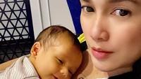 <p>Sejak melahirkan baby Saka, Ussy terlihat jarang menggunakan make up tebal, Bunda. Meski begitu, Ussy tetap tampak menawan, ya? (Foto: Instagram @ussypratama)</p>