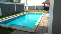<p>Setiap vila dilengkapi kolam renang, Bunda. Kolam renang bukan jadi fasilitas umum di komplek vilanya. (Foto: YouTube Rans Entertainment)</p>