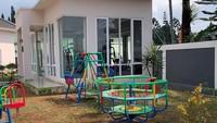 <p>Tak cuma fasilitas untuk dewasa, anak-anak juga bisa menikmati playground kecil di komplek vilanya, Bunda. (Foto: YouTube Rans Entertainment)</p>