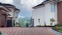 <p>Selain menjadi ulama, Syekh Ali Jaber juga seorang pebisnis. Salah satu bisnisnya adalah vila mewah di daerah Jawa Barat, Bunda. (Foto: YouTube Rans Entertainment)</p>