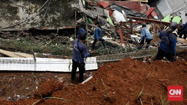 Longsor menimpa empat-lima rumah di Jalan Kemang 11 RT12/03, Jakarta Selatan akibat hujan berintensitas tinggi pada Sabtu (20/2) dini hari.