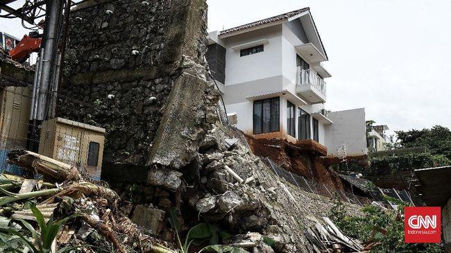 Wagub DKI Riza Patria menyebut bangunan berdiri terlalu dekat dengan pinggir sungai sehingga longsor saat banjir.