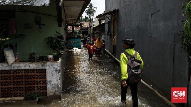 Hujan deras di Jakarta pada Selasa (27/10) menyebabkan empat RT dan tujuh titik jalan tergenang hingga banjir setinggi 70 sentimeter.