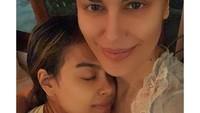 <p>Sophia Latjuba dan Eva Celia dari dulu memang sering membagukan momen kedekatan mereka, Bunda. Di foto ini, Eva tampak begitu nyama dalam pelukan sang bunda. (Foto: Instagram @sophia_latjuba88)</p>