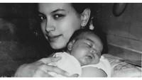 <p>Eva Celia merupakan anak dari pernikahan pertama Sophia Latjuba dan Indra Lesmana, Bunda. Ia lahir pada 21 September 1992. (Foto: Instagram @sophia_latjuba88)</p>