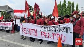 Massa Aksi di Solo Tuntut Jokowi Terbitkan Perppu Omnibus Law